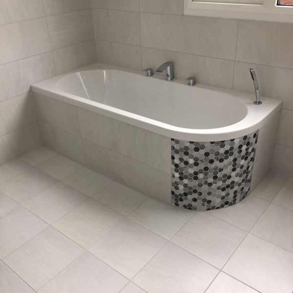 Corner bath with side Octagon Tiles